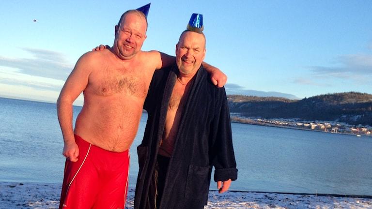 Anders och Anders vid Vätterns strand, efter badet. Foto: Pernilla Arvidsson/Sveriges Radio
