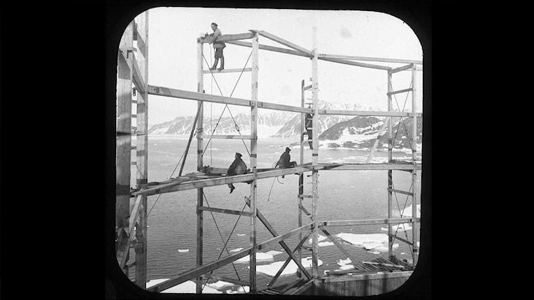 Bild från ballonghusets uppförande tagen av Axel Stake är nu återfunna. Foto: Grenna Museum Polarcenter.