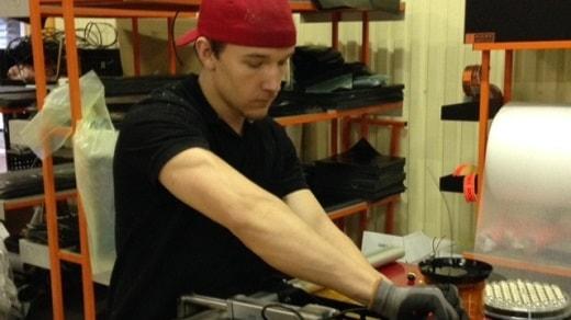 Alfons Gustavsson arbetar på Work System i Forserum. Foto: Kjell Ahlkvist/Sveriges Radio.