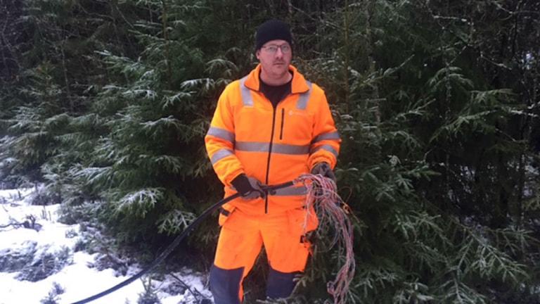 Anders Lennartsson lagar telefonledningar. Foto: Håkan Eng/ Sveriges Radio