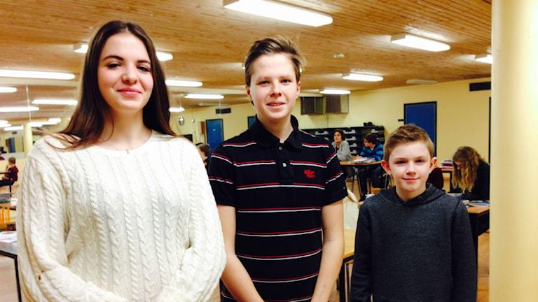 Isabell Velic, Emil Lindén och William Bergström har fått hälsoproblem av att vistas i skolans lokaler. De undervisas nu i en källarlokal. Foto: Susanna Hermansson/ Sveriges Radio.
