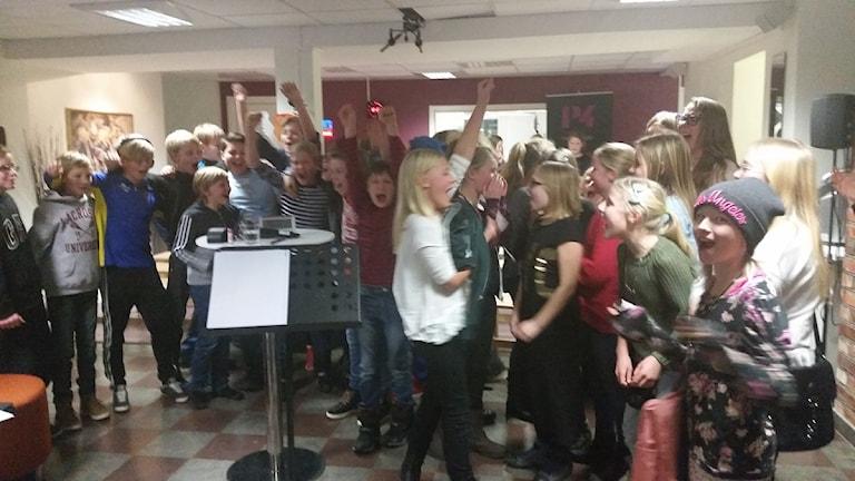 Klass 5B från Åkersskolan var glada över att vinna den andra kvartsfinalen. Foto: Therese Edin/Sveriges Radio.