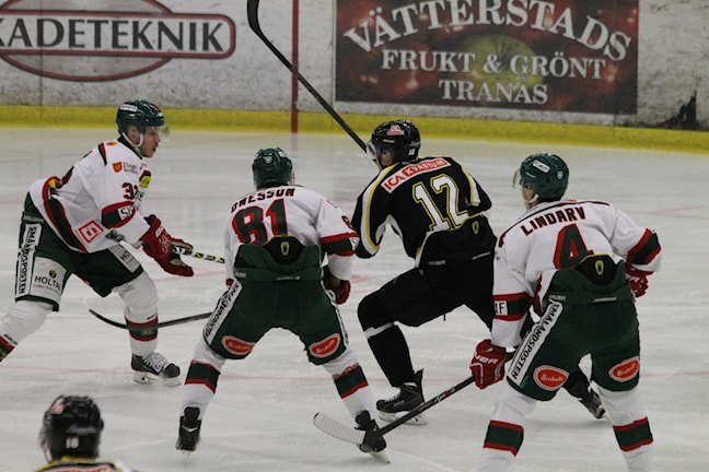 Anton Lindström kämpar för att ta sig igenom Tingsrydsförsvaret. Foto: Tommy Haag P4 Jönköping