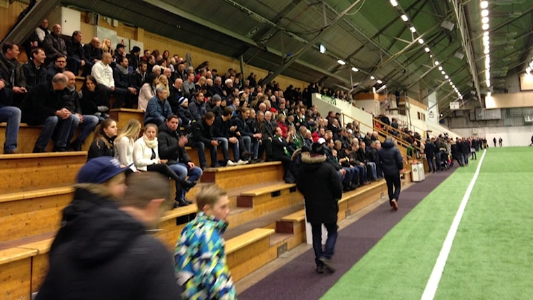 Folk på läktarna i Tipshallen i Jönköping i matchen mellan Jönköpings Södra och Husqvarna FF. Foto: Kjell Ahlkvist/Sveriges Radio.