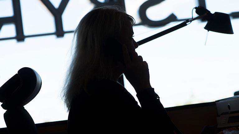 Kvinna i telefon. Foto Fredrik Sandberg/TT