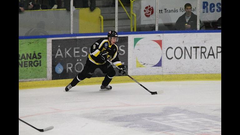 Tranås Joakim Erdugan gjorde 1-0 efter 23 sekunder. Foto: Patrik Bromander/Sveriges Radio