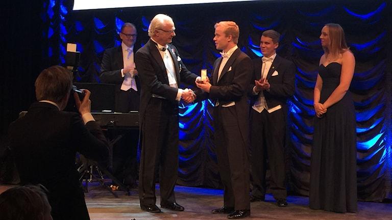 Felix Rosenqvist får medalj av kung Carl XVI Gustaf. Pressbild: Felix Racing.
