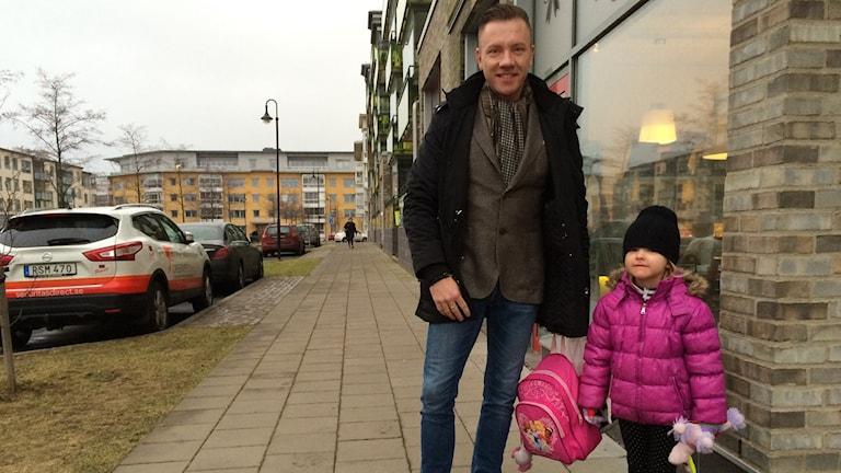 Johan Rosenquist med dottern Nellie. Foto: Elin Ericsson/Sveriges Radio