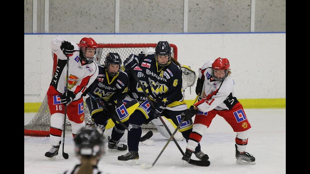 Trafik framför Almtunas mål. Foto: Patrik Bromander/Sveriges Radio