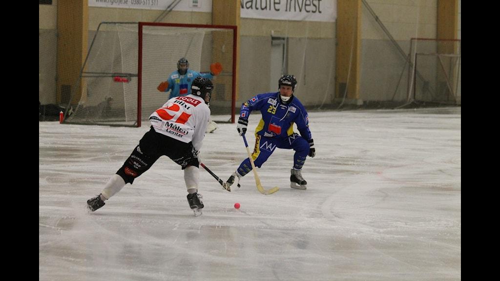 Nässjös nr:23 Fredrik Rinaldo försvarar sig mot Tillbergas Jens Blixt. Foto: Patrik Bromander/Sveriges Radio
