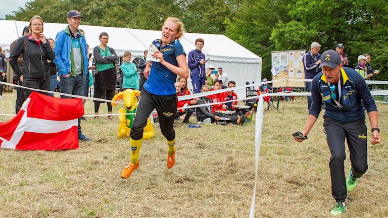 Isa Envall springer i mål under junior-VM.