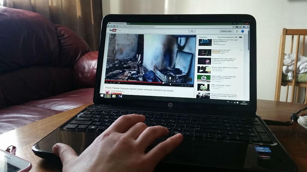 Familjens bekanta i Sverige visar brända hem i Tjetjenien på nätet. Foto: Lii Almnäs/Sveriges Radio.