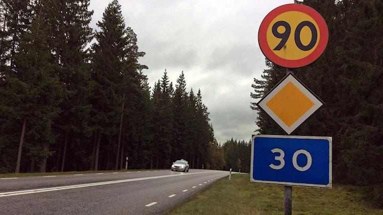 Trafikmärken Hastighetsbegränsning 90-skylt Huvudled Väg 30