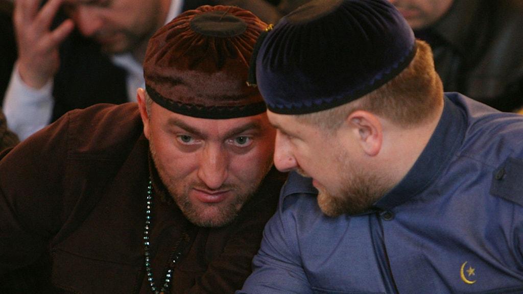 Männen som styr Tjetjenien: president Ramzan Kadyrov (till höger) och parlamentsledamoten Adam Delimchanov. Foto: Musa Sadulayev/TT/AP.