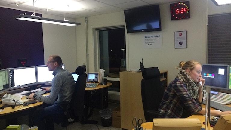Johan Wiberg och Tova Juhlin på trafikredaktionen i Jönköping. Foto: Oskar Mattisson/Sveriges Radio.