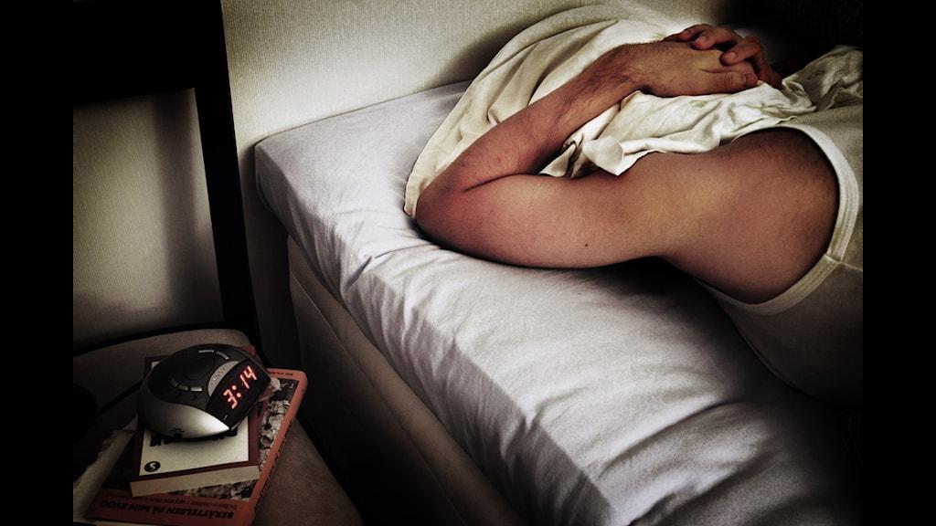 Väckarklocka och sovande man. Foto: Nina Varumo/SVD/TT.