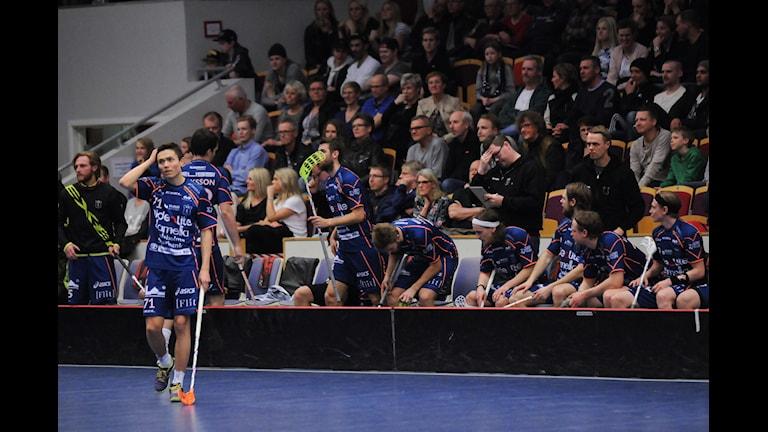 Emil Kihlblom och övriga i Mullsjös lag deppar efter Faluns segermål. Foto: Richard Axell