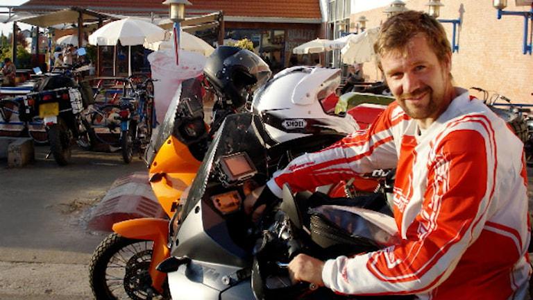 Johan Gustafsson på sin motorcykel på väg genom Afrika innan han kidnappades 2011. Foto: Privat.