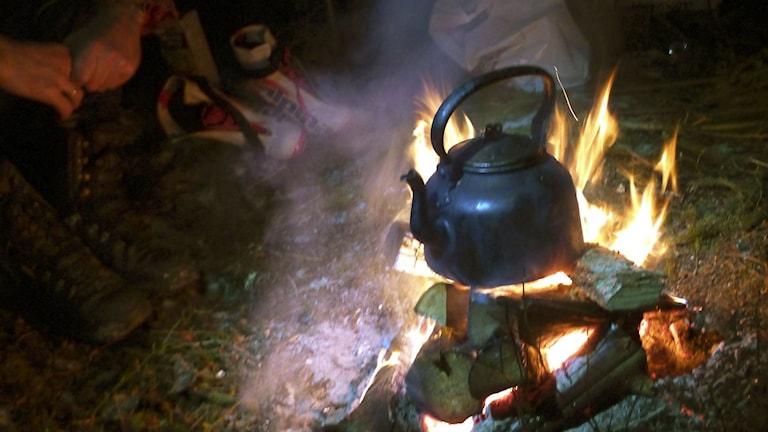 Kaffe kokas över en brasa. Foto: Vidar Ruud/TT.