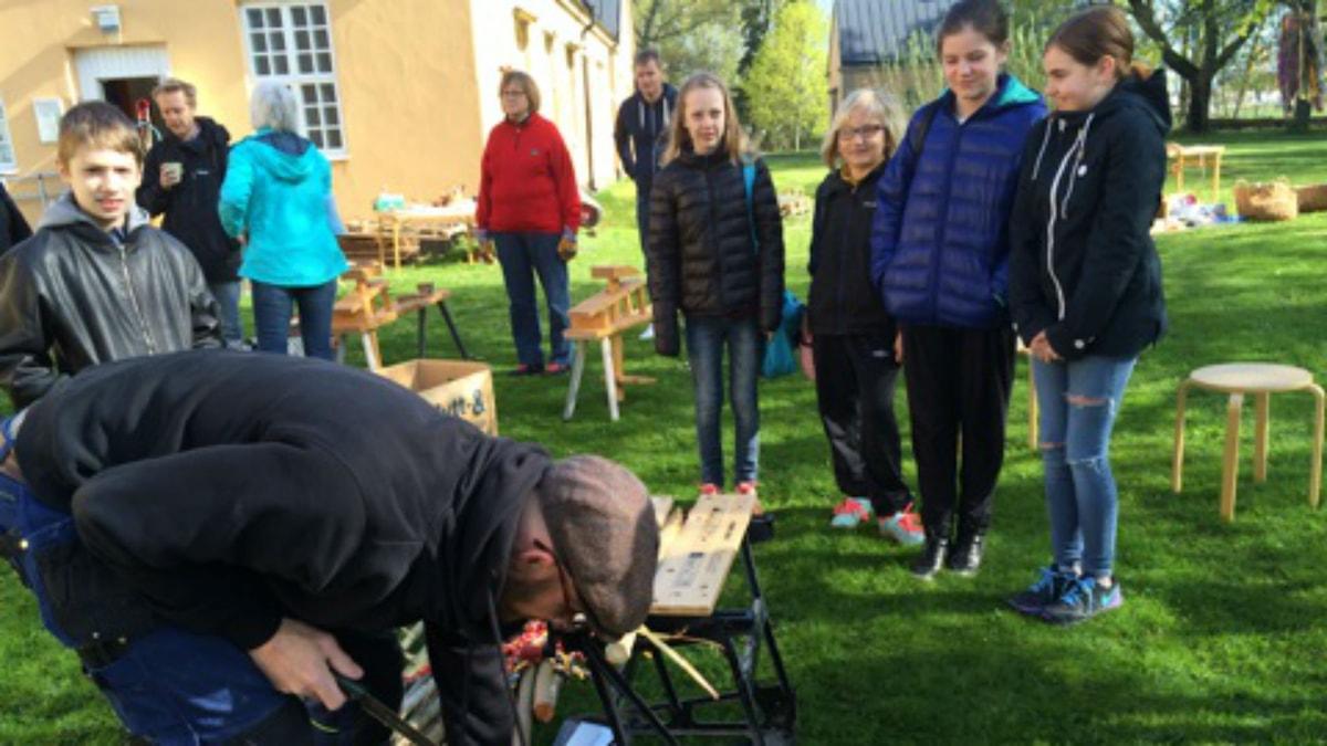 Barn väntar på att få slöjda. Foto: Rebecka Montelius/Sveriges Radio.
