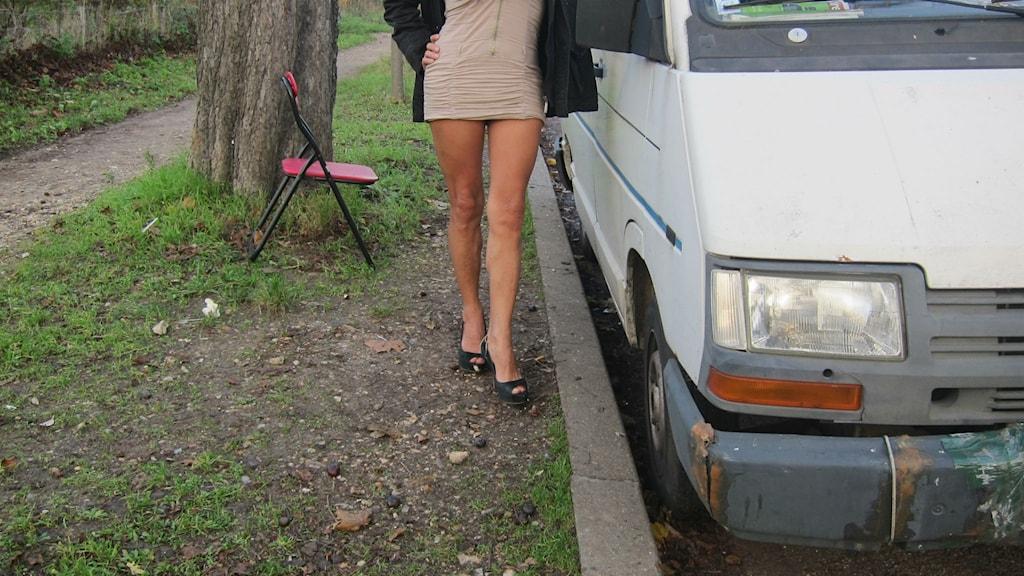 En kvinna står vid en bil. Foto: Louise Nordström/TT.