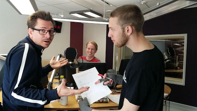Björn Terlegård visar upp mattefrågorna. Foto: Therese Edin/Sveriges Radio.