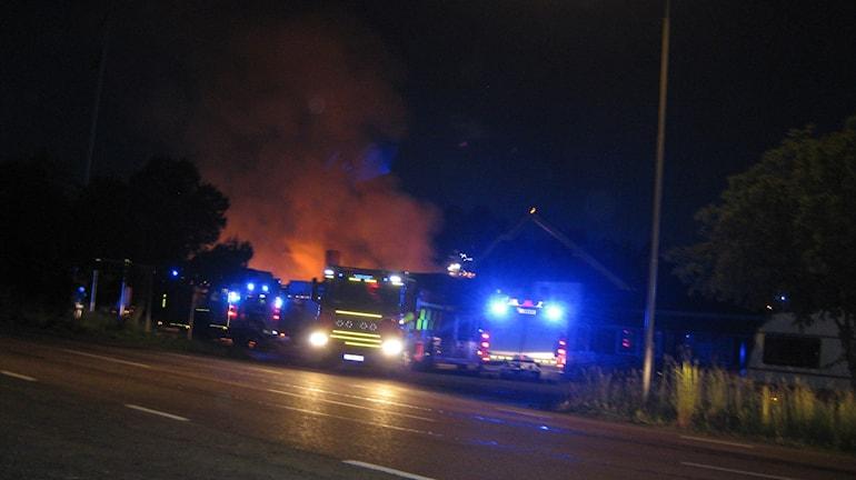 Räddningstjänst från Jönköping, Vaggeryd, Norrahammar och Huskvarna bekämpade lågorna. Foto: Dan Segerson/SR