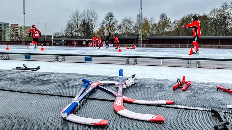 Fotbollsspelare testar bandy på Råslätts idrottsplats.