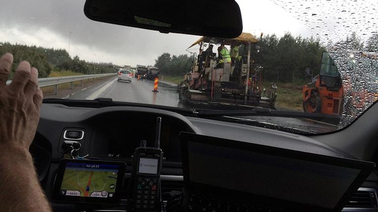 Bil passerar vägarbete. Foto: Peter Jernberg/Sveriges Radio