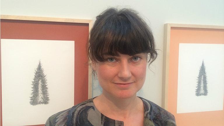 Ann Böttcher vid sin hommage till konstnären Sten Dune'r. Foto: Ulla Strängberg/Sveriges Radio