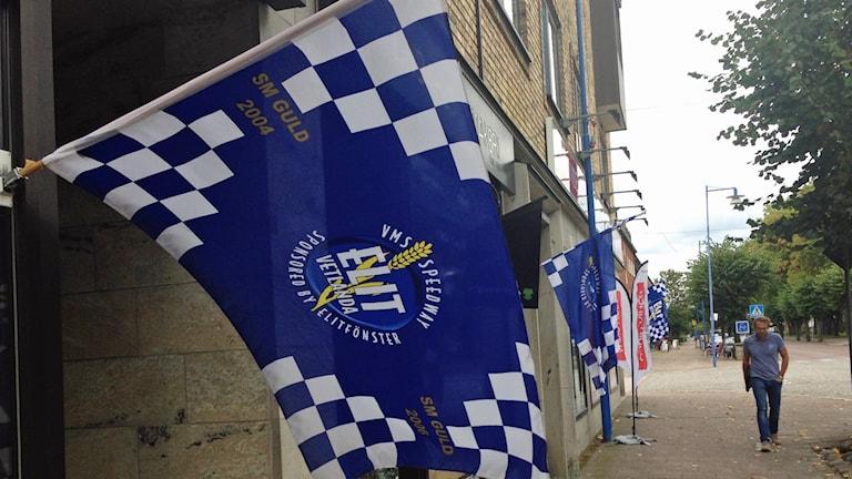 Flaggar för Elit Vetlanda. Foto: Sanna Hermansson/Sveriges Radio