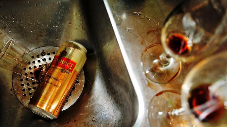 Tomma ölburkar och vinglas. Foto: Martina Holmberg/TT