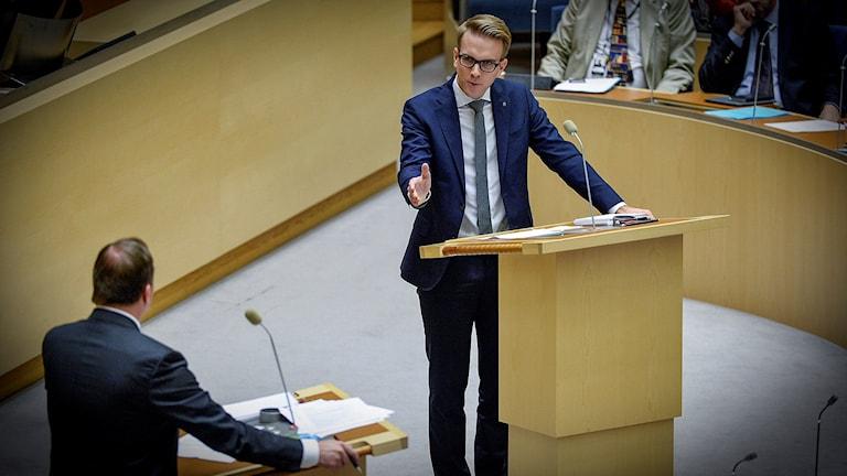 Andreas Carlson i ordskifte med Stefan Löfven. Foto: Anders Wiklund/TT