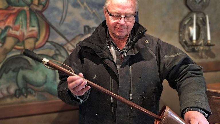 Hans Karlsson med Maltes käpp. Foto: Håkan Eng/Sveriges Radio