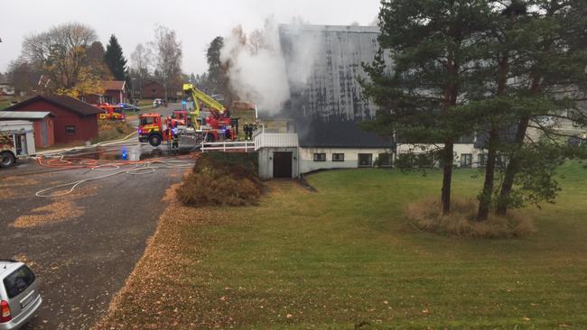 Räddningstjänster släcker branden i pingskyrkan i Hok. Foto: Linda Mathillas/SVT.