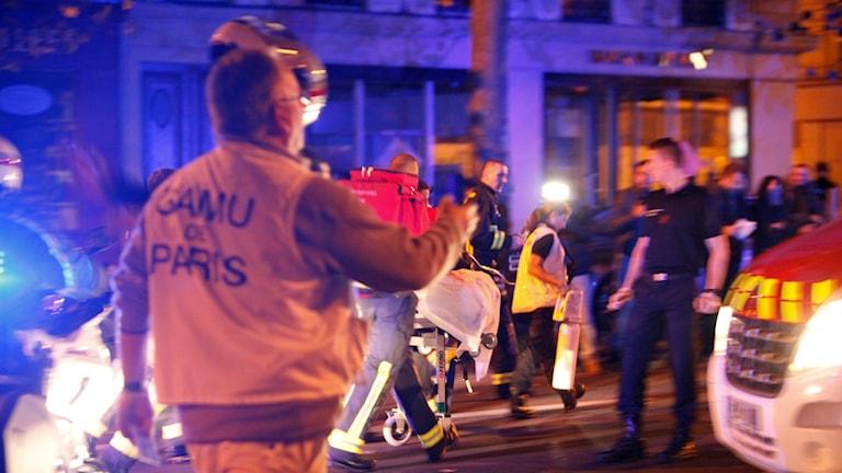 Människor evakueras från Bataclan Theater i Paris. Foto: AP Photo/Thibault Camus