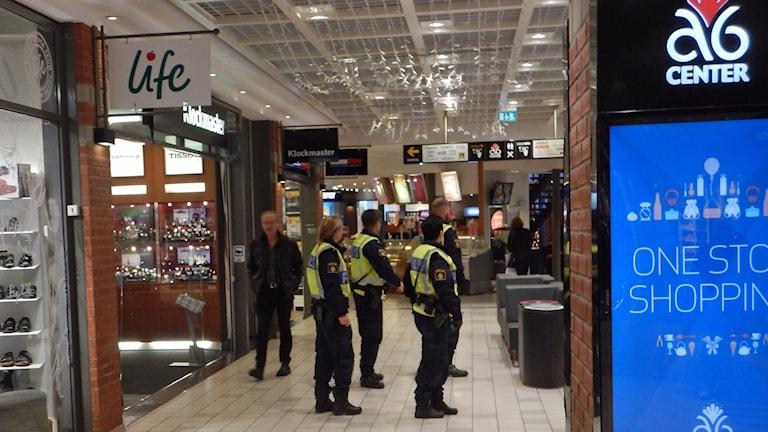 Poliser på A6 köpcenter i Jönköping. Foto: Lennart Broman/Sveriges Radio