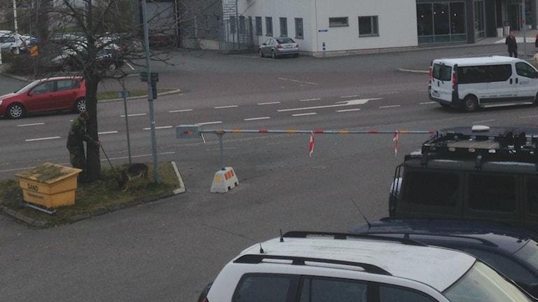Militär söker med hund runt Kinnarps Arena. Foto: Lyssnarbild.