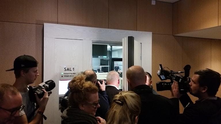 Stort medialt intresse när rättegången mot den åtalade 51-åringen inleddes i Jönköpings tingsrätt idag. Foto: Therese Edin/Sveriges Radio.