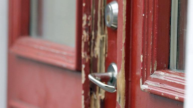 Brytmärken på dörr. Foto: David Westh/Sveriges Radio