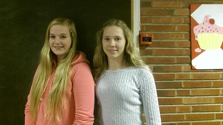 Eleverna Elin Johansson och Ebba Sjögren. Foto: Josefine Koca/Sveriges Radio