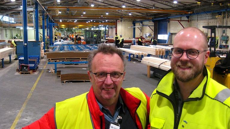Johan Palmberg, fabrikschef Smålandsvillan i Vrigstad och Bosse Gustafsson, projektledare. Foto: Dan Segerson/Sveriges Radio.