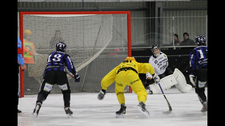 Sirius gör mål på straff bakom Vetlandas målvakt Philip Svensk. Foto: Patrik Bromander/Sveriges Radio