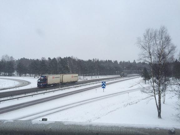 Riksväg 40, här utanför Jönköping, ska bli motorväg ända till Ulricehamn, tycker politikerna i de båda kommunerna. Foto: Peter Jernberg / SR