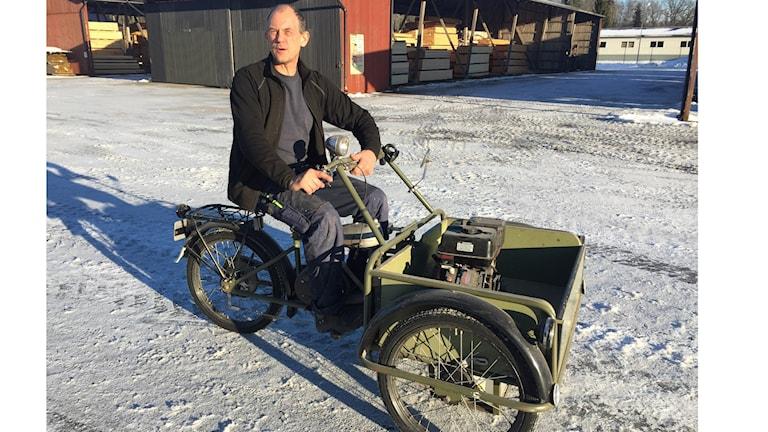 Jan Jönsson i Horda har en eldriven flakmoped från 1942. Foto: Håkan Eng/Sveriges Radio