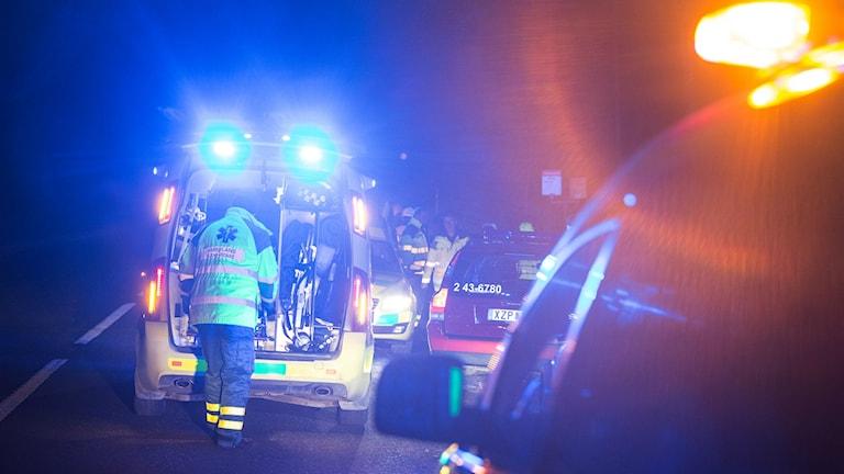 Ambulanspersonal var framme vid olycksplatsen. Foto: Tobias Marbenius.