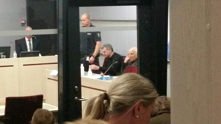 51-åringen i rättssalen tillsammans med försvarsadvokaten Leif Silbersky. Foto: Therese Edin/Sveriges Radio