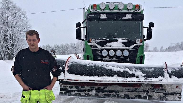 Peter Karninger, en av alla plogbilsförare som håller de stora vägarna rena i länet.
