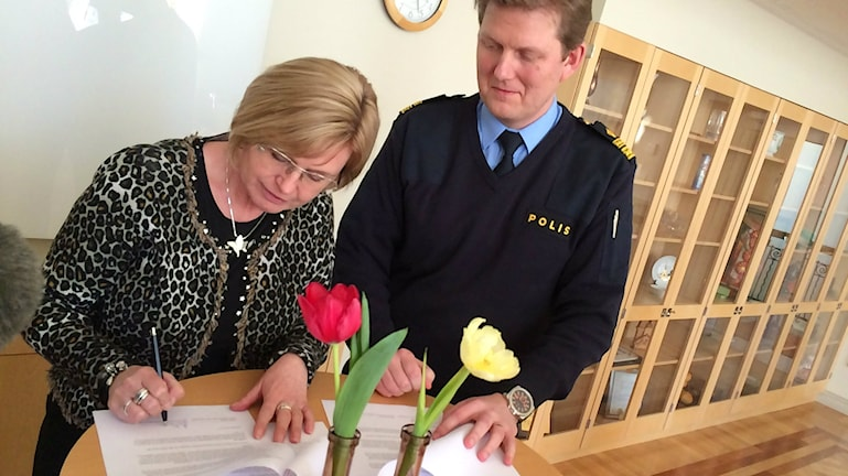 Kommunstyrelsens ordförande Ann-Marie Nilsson (C) och områdespolischefen Fredrik Lindfors skriver under sina löften till medborgarna i Jönköpings kommun.