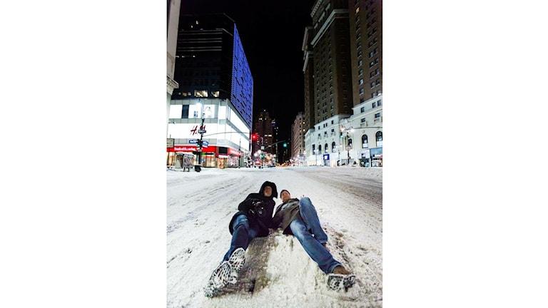 Håkan Wetterö ligger mitt på sjätte avenyn i centrala New York under snöstormen Snowzilla. Foto: Isac Wetterö/Photowe.se